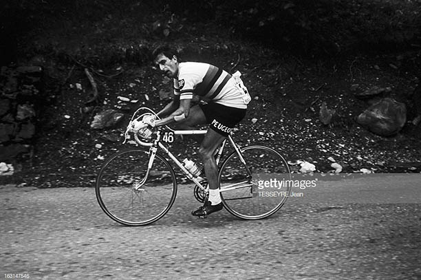 Getty Images Mont Ventoux_0002_tom-simpson-brought-down-on-mont-ventoux-en-france-le-13_002